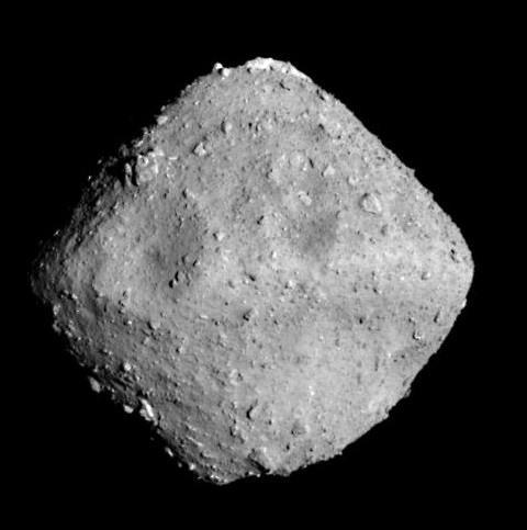 日本の探査機「はやぶさ2」が撮影した小惑星「りゅうぐう」。推定最大幅約900メートル。(提供・JAXA、東京大学、高知大学、立教大学、名古屋大学、千葉工業大学、明治大学、会津大学、産業技術総合研究所)