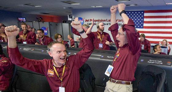 米カリフォルニア州パサデナにあるNASAジェット推進研究所(JPL)で「インサイト」の火星着陸成功に喜ぶNASAの関係者 (提供・NASA / JPL-Caltech)