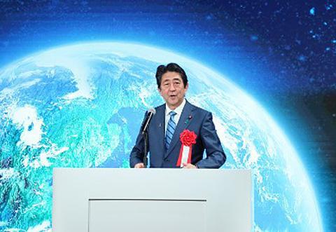 東京都内で開かれた「みちびき」本格運用記念式典であいさつする安倍晋三首相(提供・首相官邸)