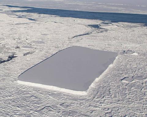 南極海で見つかった長方形の氷山(提供・NASA/Jeremy Harbeck)