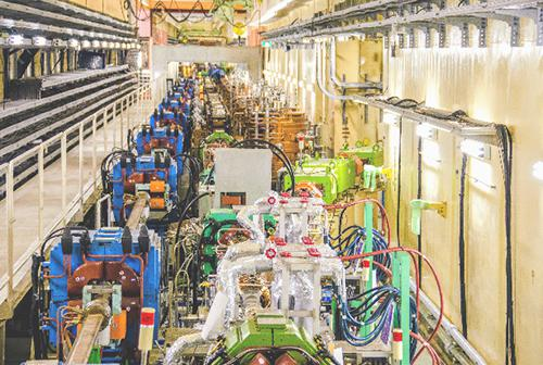 写真 スーパーKEKB加速器・トンネル内部(提供・高エネルギー加速器研究機構)