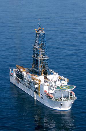 写真1 地球深部探査船「ちきゅう」。2005年7月に完成。海底下7,000メートルという世界最高の掘削能力を誇る(提供・JAMSTEC)