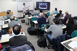 写真1 国立天文台で開かれた「市民天文学ワークショップ」。参加者は、田中さんから「すばる望遠鏡」の説明を受けている。