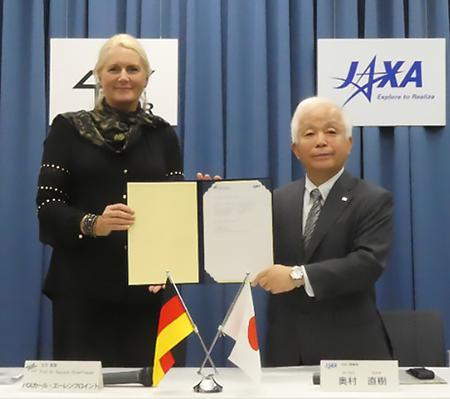 写真 DLRエーレンフロイント長官(左)とJAXA奥村理事長(右)(提供・JAXA)