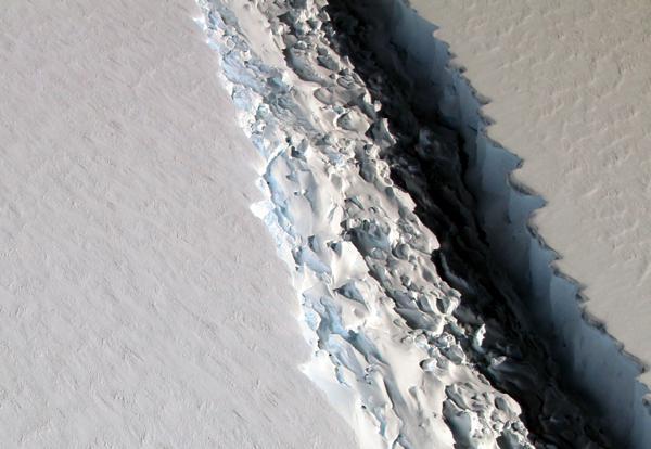 画像3 亀裂が進んでいた2016年11月の様子 (提供・NASA/John Sonntag)