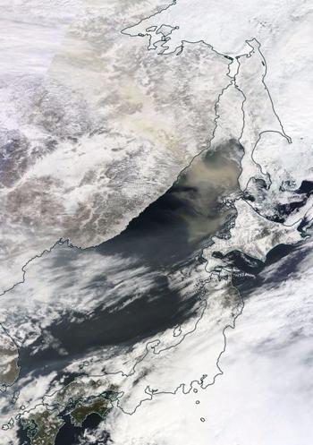図 2016年3月7日に北海道に達した、黄砂とみられる黄色い帯の衛星画像(NASA提供)