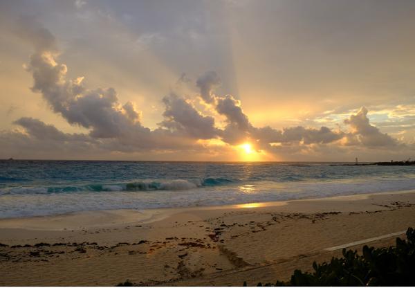 写真2 メキシコ・カンクンの海岸での日の出(2016年12月10日)