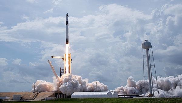 クルードラゴンを搭載して打ち上げられるファルコン9ロケット(NASA提供)