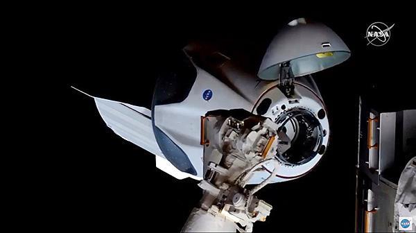ISSに結合間近のクルードラゴン(NASAテレビから)
