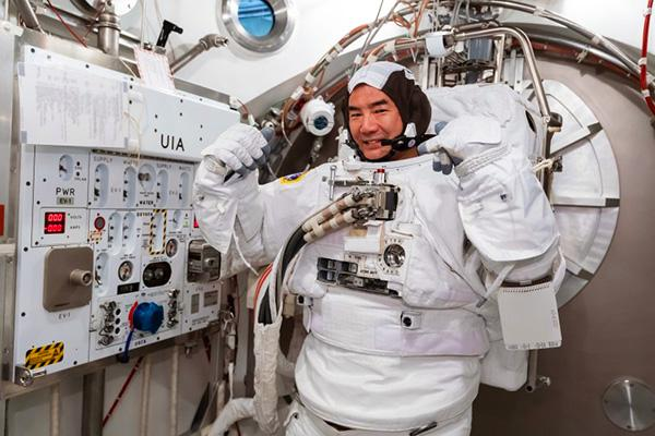 訓練を行う野口聡一宇宙飛行士=日本時間2月20日、NASAシ?ョンソン宇宙センター(NASA、JAXA提供)