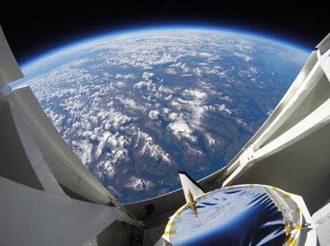 写真2 高度40キロメートルの観測ゴンドラから見た地球
