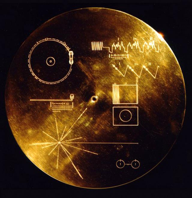 ボイジャー2号に収められた金メッキされた銅製レコードのジャケット(NASA提供)