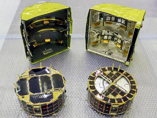 画像3 コンテナ「ミネルバⅡ・1」(これ自体が小型ローバと表現されることがある)格納前の「ローバ1A」(左)と「ローバ1B」(右)(JAXA提供)