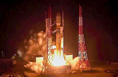 写真1 23日午前2時52分、鹿児島県の種子島宇宙センターからH2Bロケットで打ち上げられる「こうのとり」7号機(JAXA提供)