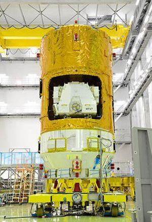 写真2 7月28日に種子島宇宙センターで報道関係者に公開された「こうのとり」7号機(JAXA提供)