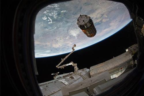 写真3 国際宇宙ステーションに近づく「こうのとり」2号機(2011年1月)(提供・JAXA/米航空宇宙局<NASA>)