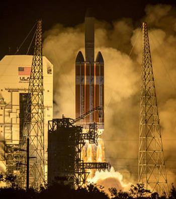 写真1 米フロリダ州のケープカナベラル空軍基地から打ち上げられる太陽探査機「パーカー・ソーラー・プローブ」を搭載した大型ロケット「デルタⅣヘビー」(提供・NASA/Bill Ingalls)