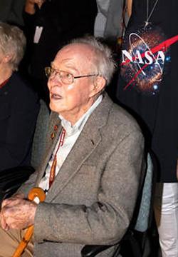 写真2 自分の名前を冠した太陽探査機「パーカー・ソーラー・プローブ」の打ち上げを見守るパーカー博士(米東部時間12日午前3時半すぎ)(提供・NASA)
