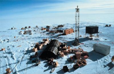 写真 南極点に建設された国際研究チーム「アイスキューブ」の観測施設(提供・千葉大学/千葉大学のサイト「アイスキューブ-千葉大学粒子線物理学教室」から)