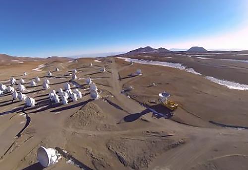 画像2 南米チリ北部にあるアタカマ砂漠の標高約5千メートルの高地に建設されたアルマ望遠鏡(クレジット・国立天文台)