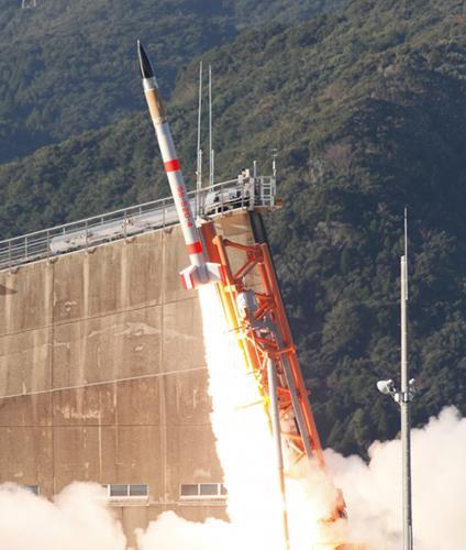 写真1 3日午後、鹿児島県の内之浦宇宙空間観測所から打ち上げられた 「SS-520」5号機(JAXA提供)