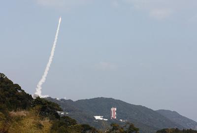 写真2 3日に内之浦宇宙空間観測所から打ち上げられた「SS-520」5号機が宇宙に向け上昇するようす((JAXA提供)