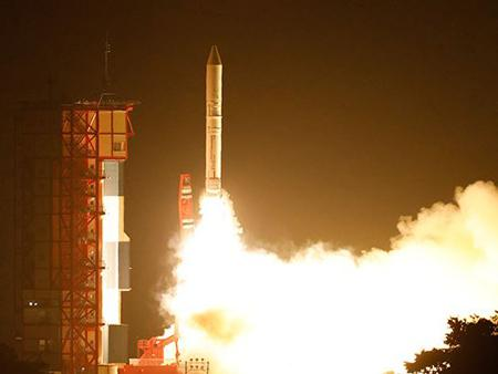 写真1 イプシロンロケット3号機 打ち上げの様子(JAXA撮影・提供)