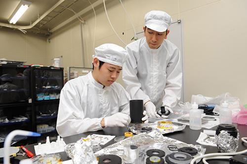 写真 学生が望遠鏡を組み立てている。(立教大学提供)