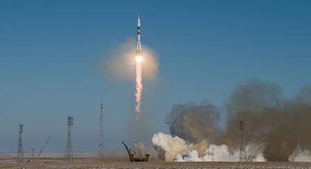写真 金井さんが搭乗したソユーズロケットの打上げ(提供:JAXA/NASA/Joel Kowsky)