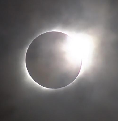 画像2 観測されたダイヤモンドリング(NASAテレビから)(NASA提供)