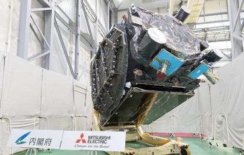 画像 6月15日に三菱電機鎌倉製作所で公開された「みちびき3号機」(提供・内閣府・三菱電機)