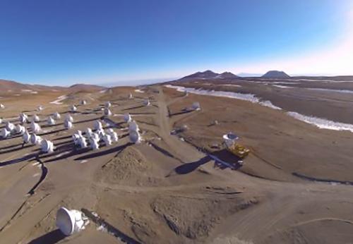 画像2 南米チリ北部にあるアタカマ砂漠の標高約5,000メートルの高地に建設されたアルマ望遠鏡(国立天文台提供)
