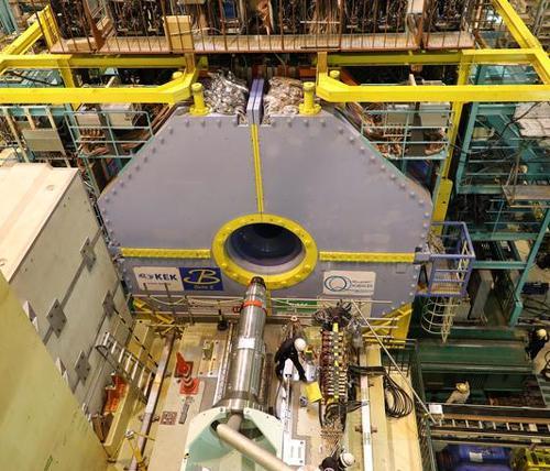 写真 大型円形加速器「スーパーKEKB」に設置された「ベルⅡ」測定器(提供・高エネルギー加速器研究機構)