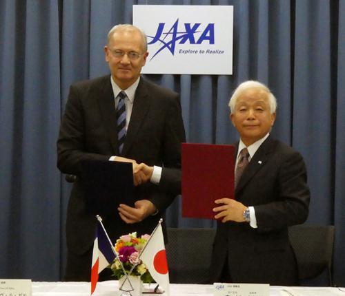 写真 2機関の協力取り決めに署名後握手するCNESのジャン=イヴ・ル・ガル総裁(左)とJAXAの奥村直樹理事長(右)(JAXA提供)