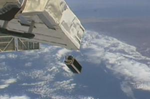写真 日本実験棟「きぼう」から放出された東京大学開発の超小型衛星「EGG」(JAXA提供)