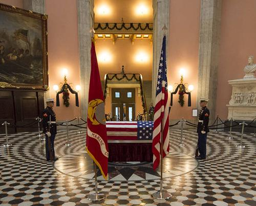 写真1 葬儀を前にオハイオ州議会議事堂に安置されたグレン氏の棺(NASA提供)