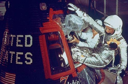 写真2 1962年2月の米国初の地球周回飛行を前に宇宙船マーキュリー・フレンドシップ7号に乗り込むグレン氏(NASA提供)