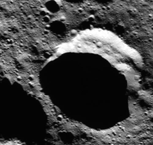 画像2 米探査機ドーンが撮影したケレス北極近くのクレーター。NASA研究者らは太陽光が当たらないクレーター底に氷が存在するとしている(提供・NASA/JPL-Caltech/UCLA/MPS/DLR/IDA)
