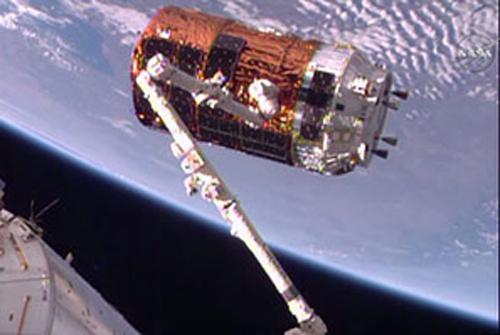 写真2 ロボットアームにキャッチされたこうのとり6号機(提供NASA/JAXA)