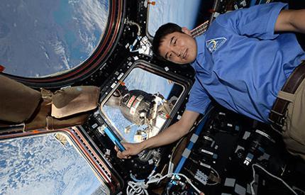 写真3 国際宇宙センターション内の大西卓哉さん(JAXA/NASA提供)