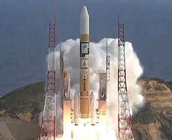 写真 11月2日に気象衛星ひまわり9号を搭載して打ち上げられたH2Aロケット。現在打ち上げロケット事業は三菱重工業に移管されている(写真はJAXA提供)
