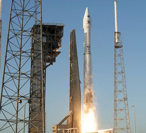 写真 NASAのケープカナベラル空軍基地からアトラス5で打ち上げられた無人探査機「オシリス・レックス」(NASA提供)