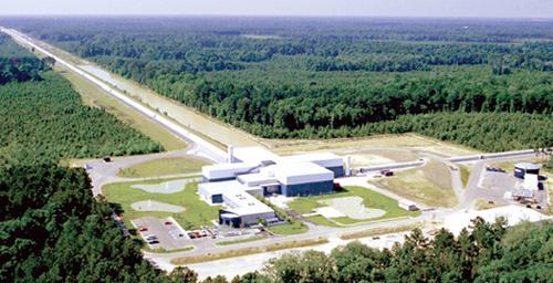 写真 米ルイジアナ州にあるLIGOのL字型重力波望遠鏡 (LIGO提供)