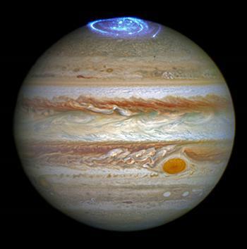画像1 NASAのハッブル宇宙望遠鏡がとらえた木星のオーロラの紫外線データと木星の可視光データを合成した画像。NASAが6月30日公開した(提供 NASA/ESA/and J. Nichols 〈University of Leicester〉)