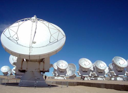 写真 チリのアタカマ砂漠の高原に建設されたアルマ望遠鏡。2013年3月撮影(提供 東京大学大学院理学系研究科などの研究グループ)