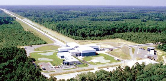 写真 米ルイジアナ州にあるLIGOの L字形重力波望遠鏡(LIGO提供)