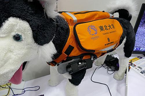 写真1 大野さんらが開発した災害救助犬用のサイバースーツ(写真はいずれも「東京国際消防防災展2018」で)