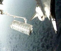 国際宇宙ステーションのロボットアームでシャトル貨物室から運び出される「きぼう」船内実験室