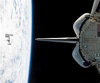 帰還の途に就いたエンデバーから見た地球と国際宇宙ステーション