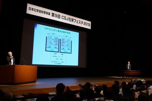 リチウムイオン電池の仕組みについて解説する吉野氏(左)。右は化学フェスタ実行委員長を務める東京大学大学院工学系研究科教授の加藤隆史氏